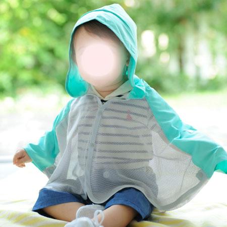 UVカット+虫よけ機能の付いた涼しいケープ。ベビーにサッと羽織らせられて0歳-3歳頃まで長く着られます 日焼け止めを塗るより手軽!サッと羽織って夏のお出かけに。 Tシャツなどで覆われているボディ部分はメッシュで熱がこもらず、日に当たる部分はUVカット生地を配した涼しい構造!さらに、虫よけ効果のあるインセクトシールド素材を使用。国際難民救済機関の役員を害虫から守るためのユニフォームにも使用されており、米国環境保護庁(EPA)に登録された天然成分(ペルメトリン)なのでベビーや妊婦さんにも安心。さらに、洗濯を70回以上しても効果が持続。快適かつ安心の頼れる1枚です。 サッと羽織れるケープタイプは、着せやすいので、自分でお着替えができない0歳児-1歳児にとくにおススメ! ■春夏のお出かけ特集はこちらから ■アーバンリサーチドアーズのベビーケープはこちらから ※サイズ選びに迷ったら…こちら●サイズ(cm)/【60-90cm】着丈36・ゆき丈38.5 ●素材/本体:ポリエステル100% ●生産国/中国 ●ブランド/インセクトシールド ■洗濯機洗い可(ネット使用) ■実寸サイズ ■フー