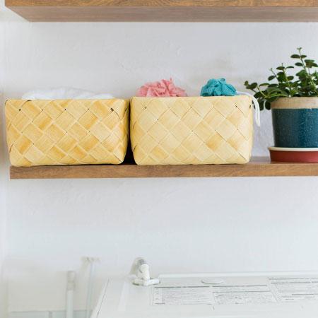 天然素材そっくりなのに、洗えて衛生的なプラスチック製!なめなめしても安心 白樺の天然素材の風合いをそのままに、独自の技術で洗える仕様にしたバスケット。清潔をキープでき、ささくれもないから、ベビーがなめても安心&タオル類を入れてもOK。触り心地もやわらかく、しなやかなので、ベビーのお世話の綿棒やローション等、こまごまとしたお世話用品の整理や、おむつの整理等にも最適。水に濡れても平気なので、脱衣所やキッチンなど、水回りにも気兼ねなく置けるのも嬉しい。ちょっと置くだけで、サマになるおしゃれな見た目で、ベビーとの暮らしにピッタリな機能的なバスケットです。 木材を表すtimberから名付けたTimb(ティム)。天然素材では実現できなかった機能性を追求した新素材(※)を、職人さんたちが心を込めて手編みした逸品です。※独自のPP発泡技術を用いて開発された新素材:tenesque(テンネスク)です。自然な風合いは持ちながらも、原料は樹脂のため水や湿気に強く、そのまま洗ったり、湿度の高い場所に置いても素材の劣化が気になりません。天然素材と異なり水や湿気に強いので、キッチンや水周りにも最適です。食品衛生法もパスしていて安心安全。フルーツやパンを入れて食卓のコーディネイトに。土のついた野菜を保管しておき、そのまま洗って使えます。 耐熱温度は90℃で食洗機にも対応。もちろん、本体の汚れが気になるときも水でじゃぶじゃぶ洗えるから衛生的。 大人の女性向けにおしゃれで機能的な収納用品を送り出しているstacksto,の製品です。 ■ベビーのお部屋づくり特集はこちらから●サイズ(cm
