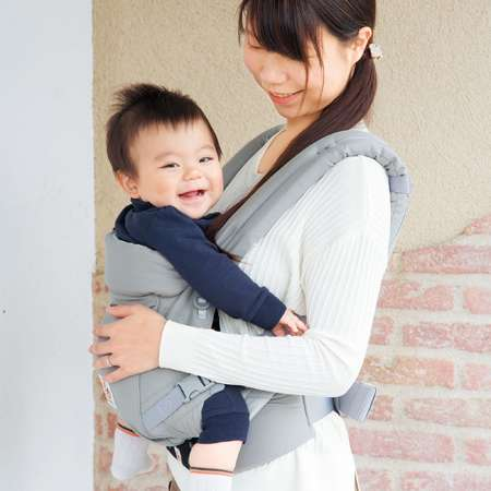 たくさん抱っこしたい、サッと装着したい、そんな新生児期からおすすめ 新生児期からずっと理想的な姿勢を保てるように設計された抱っこひも。合計9段階に調節できるので、赤ちゃんのどんな体型にもフィットします。ママやパパの快適性も◎。 【ここが人気のポイント】 〈クロス構造でフィット感満点〉 肩ストラップはクロス装着も可能。装着時のフィット感が増します。 〈長さ調節もラクラク〉 バックルの位置が前に。体型を問わず、ストラップの長さ調節がしやすくなりました。 〈赤ちゃんの体重を両肩と腰に分散して疲れにくい〉 パッド入りの肩ストラップと腰ベルトで、長時間抱っこしても疲れにくい仕様になっています。 〈腰サポート付き〉 ウエストベルトには腰サポート付きでより快適に。お子さまの身長に合わせて、ラクな位置で装着できます。 〈SGマーク付き〉 SGマークは、製品安全協会が定める基準に適合するものとして認証された製品に表示される安全・安心マークです。SGマーク付き製品の欠陥により人身事故が発生したときには賠償措置が講じられます。 ※生後0カ月(3.2kg-)の使用となります。 ※抱っこひもは使用開始時期や使用方法などを確認の上、ご使用ください。 ※正規販売店となります。 2年保証・ご使用方法などのサポートが受けられます。 詳しくは商品に同封のご案内を確認ください。●セット内容/本体キャリア×1、ベビーウエストベルト×1 ●素材/本体外生地・本体内生地:綿、本体外生地・本体内生地(クールエアのみ):ポリエステル、ベビーウエストベルト:ポリエステル、ケアラベル:ナイロン
