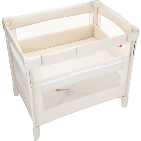 『コンパクトにたためる』ベビーベッド「ココネル」。 『コンパクトにたためる』ベビーベッド「ココネル」。前枠を上下することができるので、赤ちゃんの乗せおろしや毎日のお着替え、おむつ替えに便利で、使わないときはママひとりでコンパクトにたためます。キャスター付きだから移動もラクラク。さらに赤ちゃんが大きくなったら、床板の高さを上段から下段に付け替えることで、プレイヤードとして、昼間の遊び空間に。2歳頃まで長く使えます。 ベビー布団特集を見る 【ミニサイズ】丸洗いできる!体圧分散ベビー布団9点セット●サイズ/【使用時】縦約73(cm)・横約104.1(cm)・高さ約95(cm)、【閉じた時】縦約27(cm)・横約29(cm)・高さ約95(cm)・重量約14.9(kg) ●素材/枠:スチール・ポリプロピレン・ABS樹脂・ポリアミド、底板:MDF(中質繊維板)100%、ネット部分:ポリエステル100% ●生産国/中国 ●ブランド/アップリカ ■大型商品(別送/配達指定はできません) ■実寸サイズ ■使用期間:新生児(体重2.5Kg)-生後24カ月(体重13Kg)まで ■床板の高さ:上段:新生児-つ