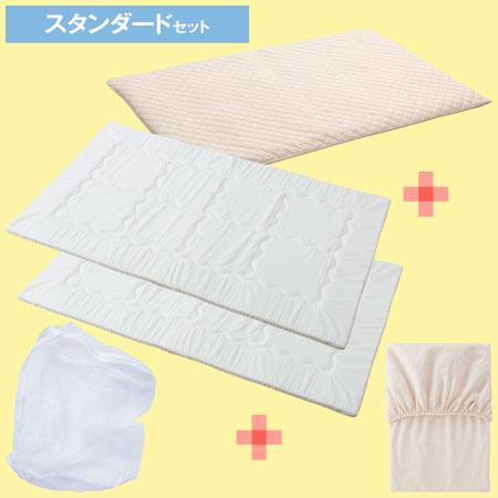 暑い季節はコレにタオルケットだけでOK! 夏ならではの敷き布団のみのミニマムセット誕生! 夏は敷き布団にタオルケットを掛ける程度で十分。そこで、たまひよの本格布団10点セットの中で、夏に必要なアイテムだけをまとめた5点セットを作りました。窒息しにくく体に負担がかかりにくい体圧分散敷き布団が、お手頃価格で入手できちゃいます。 〈プレミアムセットのキルトパッド兼シーツはアレル物質を吸着〉 キルトパッド兼シーツは、抗アレル加工を施したタイプ。ダニや花粉などのアレル物質を吸着・分解して不活化するので、いつも清潔で快適な眠りをサポートします。抗アレルシートがアレルギーの原因になる死がいやフン、花粉などのアレル物質やホルムアルデヒドを吸着・分解して不活化。さらに抗菌・消臭機能付きで安心です ◆ベビー布団10点セットはこちら◆ 【スーパープレミアム】丸洗いできる!体圧分散ベビー布団10点セット 【プレミアム】丸洗いできる!体圧分散ベビー布団10点セット 【スタンダード】丸洗いできる!体圧分散ベビー布団10点セット●サイズ(cm)/【敷き布団】縦約120・横約70、【キルトパッド兼シーツ】縦約124・横約77、【フィットシーツ】縦約120・横約70、【専用洗濯ネット】縦約55・直径約37 ●セット内容/敷き布団×2、キルトパッド兼シーツ×1(プレミアムセットは抗アレル加工仕様)、フィットシーツ×1、洗濯ネット×1 計5点セット ●生産国/日本(洗濯ネットのみ中国) ■洗濯機洗い可(ネット使用) ■直送品(配達指定はできません) ■天然ゴム・生ゴム使用 ■乾燥機のご使用はお避け