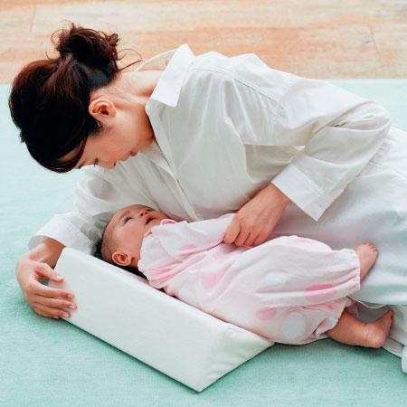 ママが横になっても授乳しやすい こっちむいて授乳クッション ホワイト たまひよSHOP