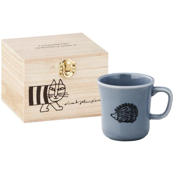 ■内容:マグ×1 リサ・ラーソンの人気キャラクターを描いたマグカップが登場。 厚手で優しい色合いの食器に、リサ・ラーソンのかわいいキャラクターがデザインされています。 ブレイクタイムにこのマグカップを使えば、ほっこりとした時間が過ごせそう。 マイキーが描かれた木箱入りなので、贈りものに最適です。 <リサ・ラーソン> 猫のマイキーなど、優しくかわいいコケティッシュなキャラクターを生み出している陶芸家。本国スウェーデンや日本はもちろん、世界中にファンを増やしています。■木箱入:140×140×105mm ■内容:マグ85×90mm(磁器)×1 容量約300ml ■生産国:マグ=日本、木箱=中国